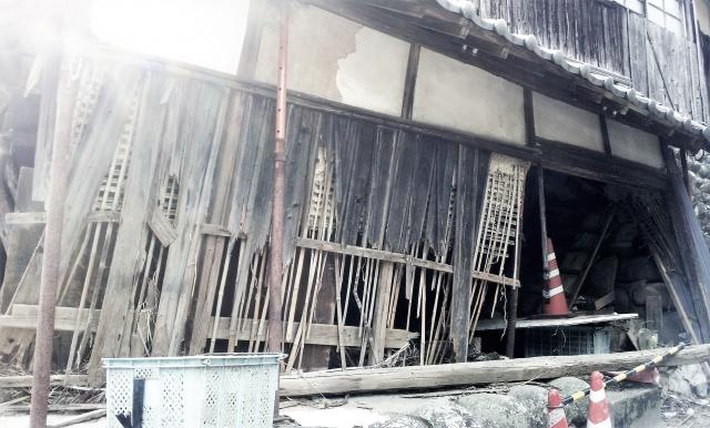 震災被害を受けた家